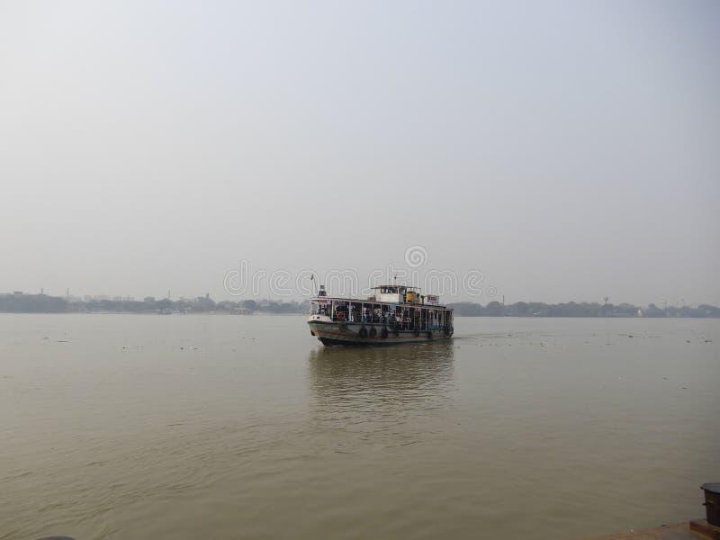 Van de riviermening en veerboot ritten royalty-vrije stock afbeelding