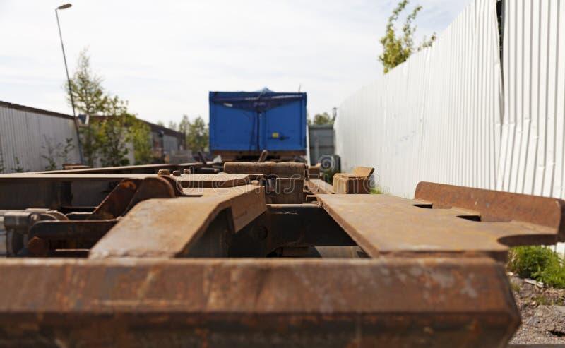 Van de rug van een lange vrachtwagen zonder een lading stock foto's