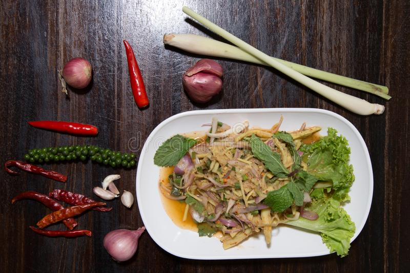 Van de de saladesoep van de bamboespruit is kruidig MAI van Knor noordoostelijk Thais voedsel voor verkoop bij de Thaise markt va stock afbeeldingen