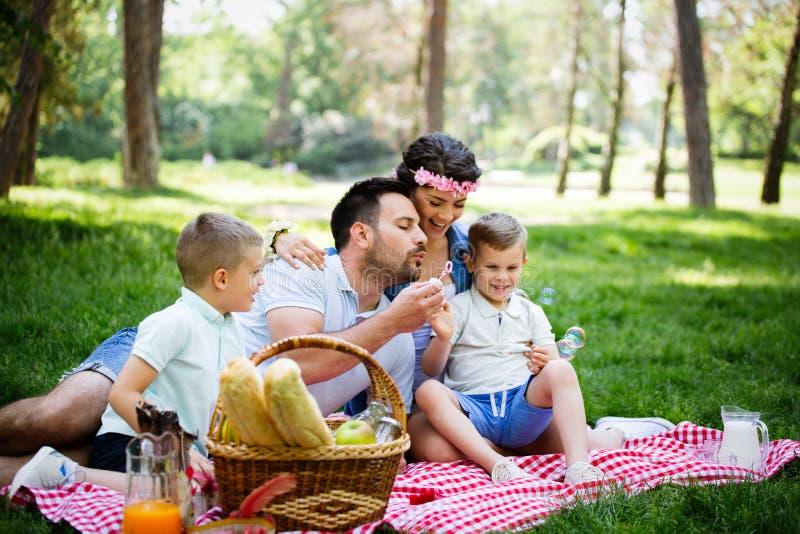 Van de de samenhorigheidsontspanning van de familiepicknick in openlucht het gelukconcept royalty-vrije stock foto's