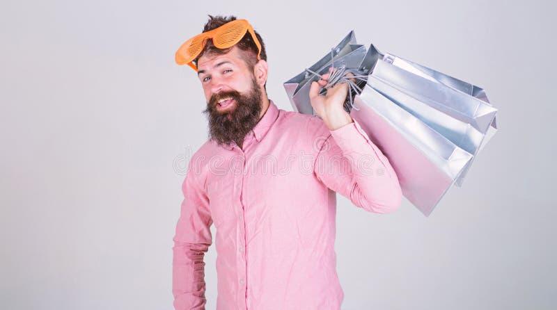 Van de de slijtagezonnebril van mensen gebaarde hipster de greepbos het winkelen zakken Hoe te voor uw volgende vakantie klaar te stock foto