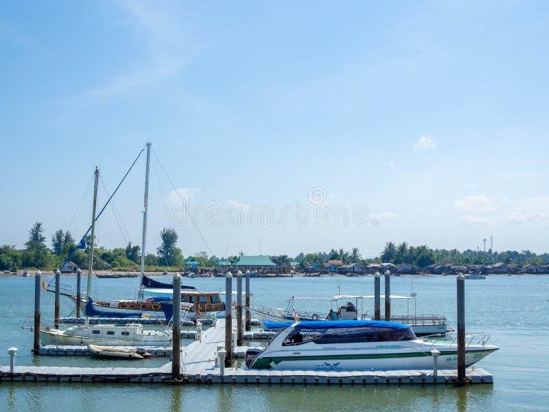 Van de snelheidsboot en luxe jachten in zeehaven worden gedokt die royalty-vrije stock foto's