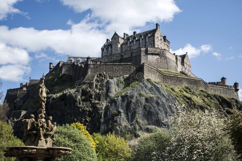 Van de stads de historische Castle Rock van Edinburgh fontein van de Dagross zonnige stock foto