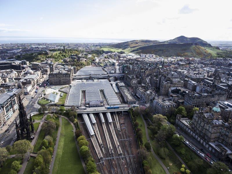 Van de stads schoot de historische Waverley van Edinburgh van het het Stationspoor Antenne van de de manier zonnige Dag 2 stock afbeelding