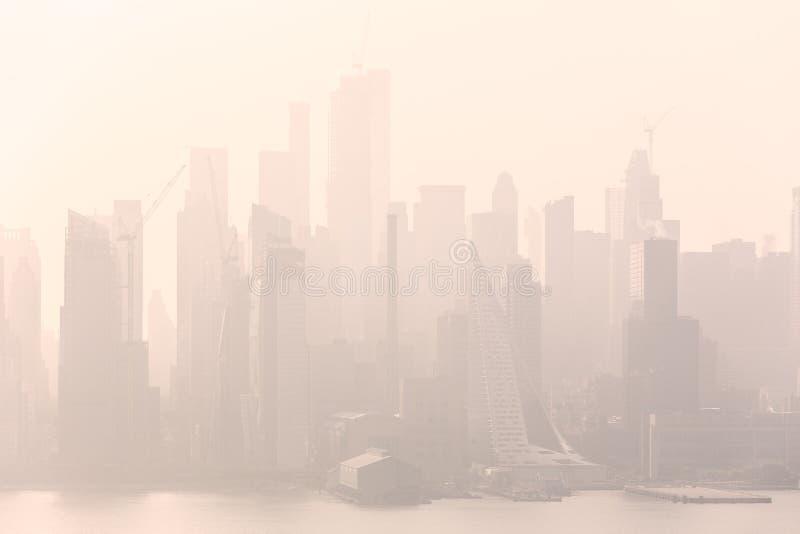 Van de Stads de uit het stadscentrum Manhattan van New York mening van het de horizonpanorama van het Boulevardoosten Oude Glory  stock afbeeldingen