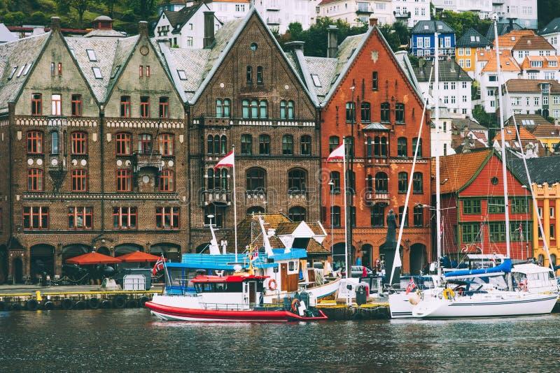 Van de stadsbryggen van Bergen de straat oude historische huizen in Noorwegen stock afbeelding