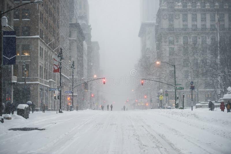 Van de Stadsmanhattan van New York de Uit het stadscentrum straat onder de sneeuw tijdens sneeuwblizzard in de winter Lege 5de we stock foto