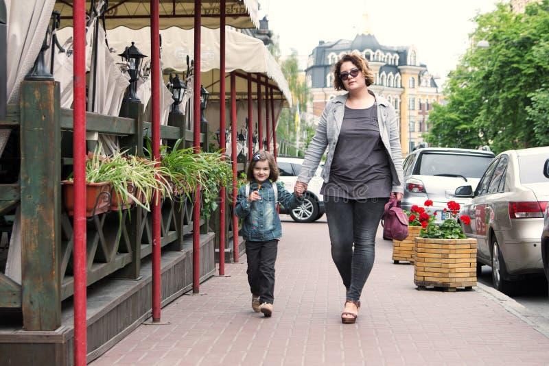 Van de de stadsstraat van de plus-groottevrouw de dochter van de het meisjesmoeder royalty-vrije stock foto