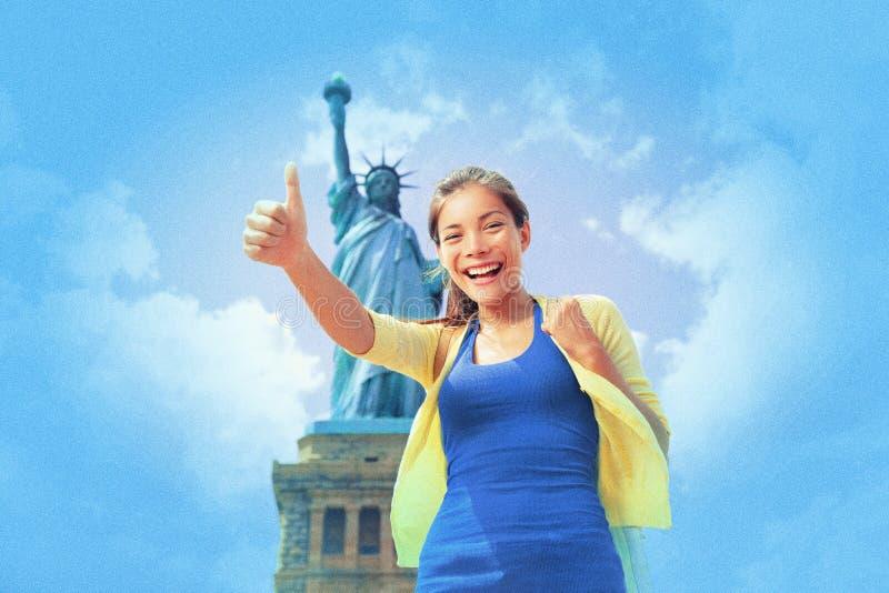 Van de de stadsvrijheid van New York vrouw die van de het standbeeld de Aziatische toerist de zomerreis bezoeken van de V.S. Gelu stock afbeeldingen