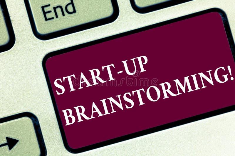Van de start handschrifttekst Brainstorming Concept die het Teamwerk voor het maken van strategieën aan een nieuwe bedrijfstoetse royalty-vrije stock afbeeldingen