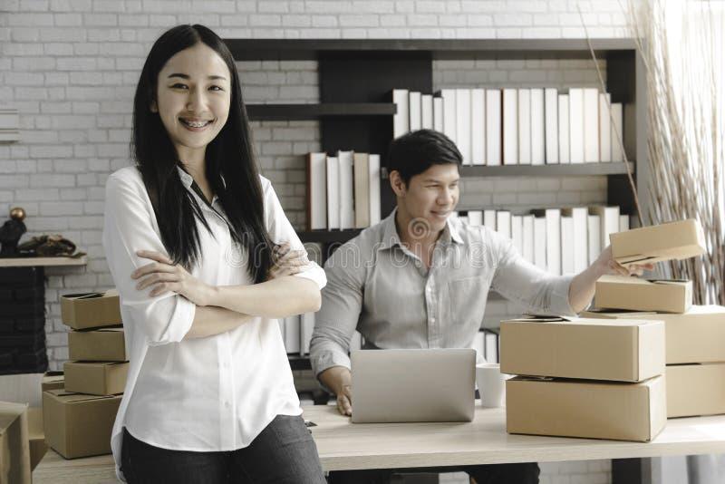 Van de start ondernemers jonge Aziatische eigenaar kleine bedrijfswinkel online Elektronische handelconcept stock afbeelding