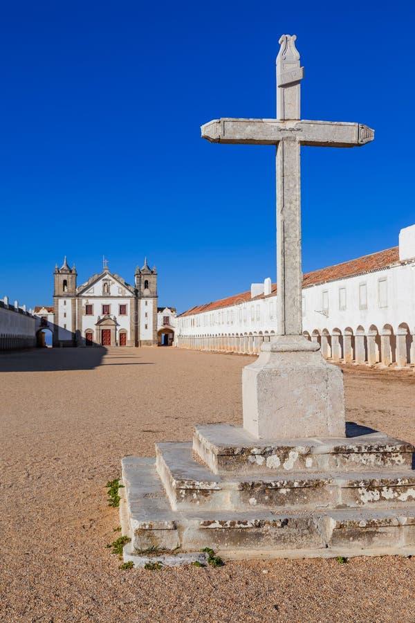 Van de van de steenkruis, Kerk en Pelgrim de kamers van Santuario DE Nossa Senhora doen Cabo-Heiligdom royalty-vrije stock foto
