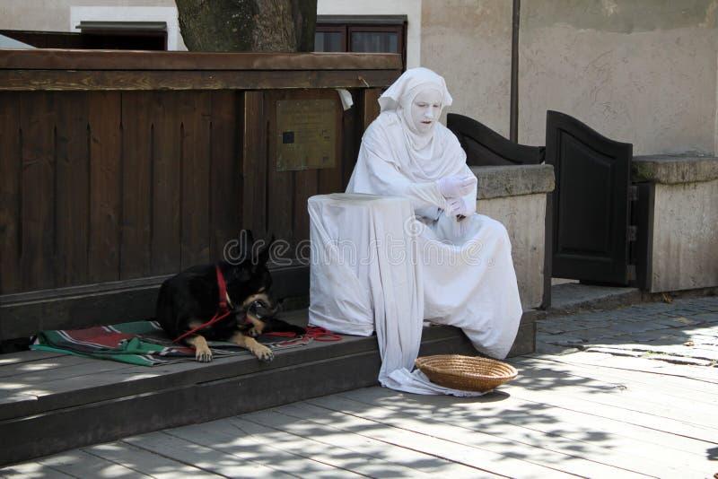Van de straatuitvoerder en Hond het Rusten royalty-vrije stock foto's