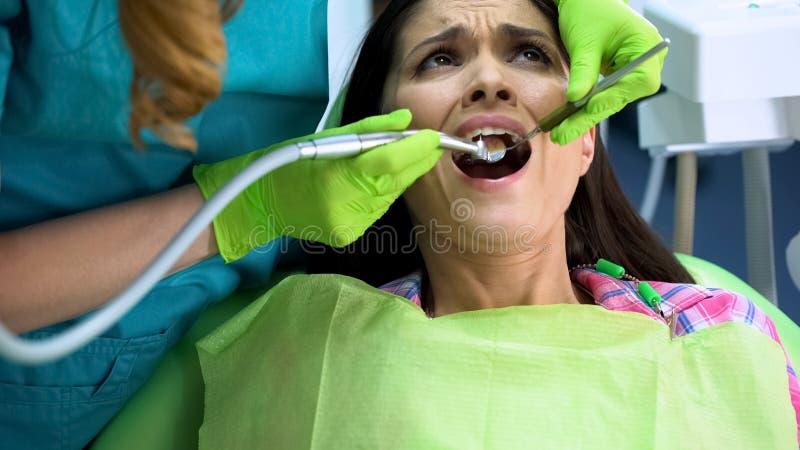 Van de de tandbederf en plaque van de tandarts de boring doen schrikken vrouw gezondheid van de verwijderings mondholte royalty-vrije stock afbeelding