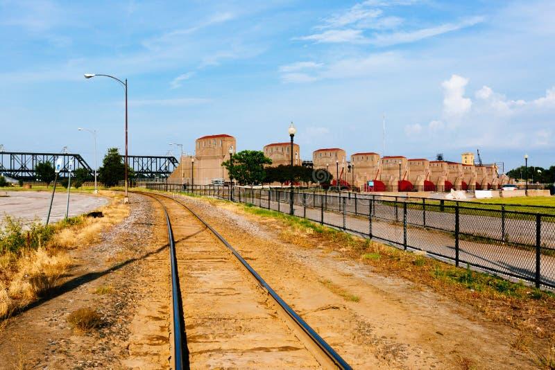 Van de treinspoor en hydro-elektriciteit installaties over de Rivier van de Mississippi in Davenport, Iowa, de V.S. royalty-vrije stock afbeeldingen