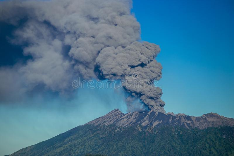 Van de uitbarstingsvulkaan en rook emissies op Gunung Agung, Bali, Indonesië stock foto's