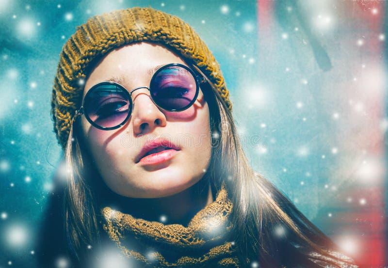 Van de vakantie jong mooi hipster van de nieuwjaarsneeuw de vrouwenportret in glazen en gebreide kleren royalty-vrije stock foto's