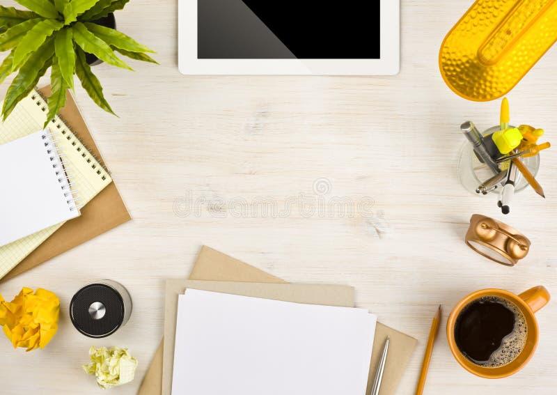 Van de van de exemplaarruimte, document, kantoorbehoeften en tablet computer op houten achtergrond stock afbeeldingen