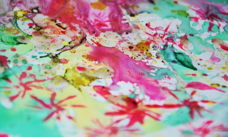 Van de verf de groene roze gele vage wasachtige gouden vlekken van de waterverfster kleurrijke tinten, slagen van borstel, backgr stock foto's
