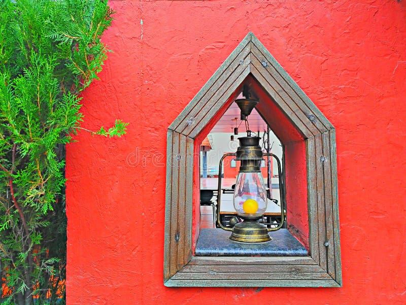 Van de de verfboom van de ontwerplantaarn het houten terras die van het het rode lichtontwerp groene creatieve gele lampbol schil stock fotografie