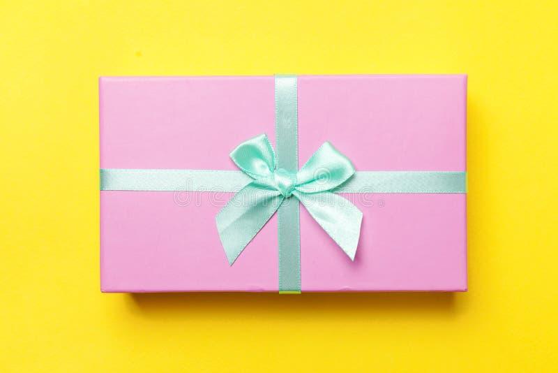 Van de de verjaardagsvalentijnskaart van het Kerstmisnieuwjaar de vierings huidig romantisch concept Roze die giftdoos op gele ac royalty-vrije stock afbeelding