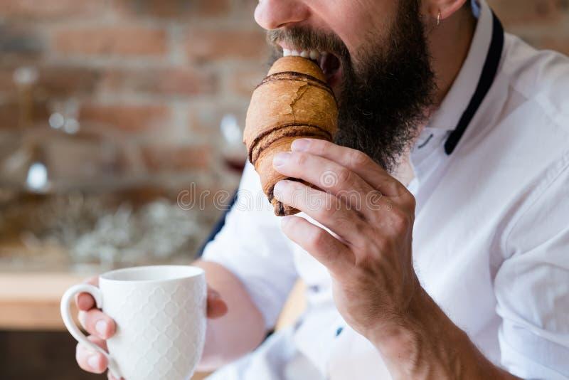 Van de de verrukkingsmens van de snackverfrissing heet de drankcroissant royalty-vrije stock foto