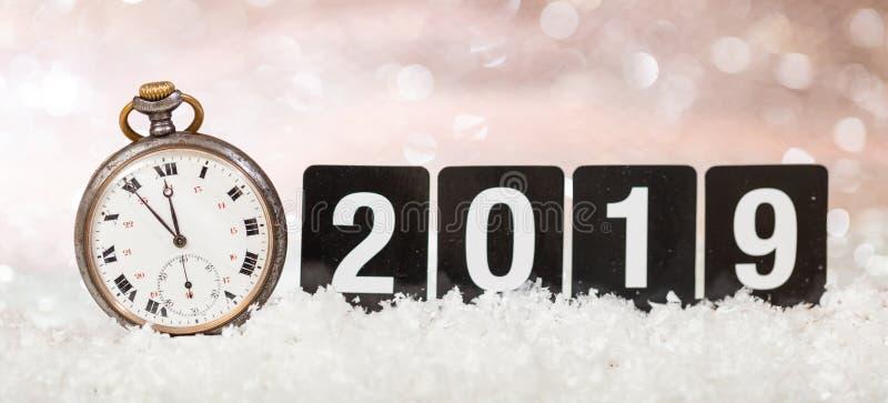 2019 van de vooravondnieuwjaren viering Notulen aan middernacht op een oud horloge, bokeh feestelijke achtergrond stock afbeelding