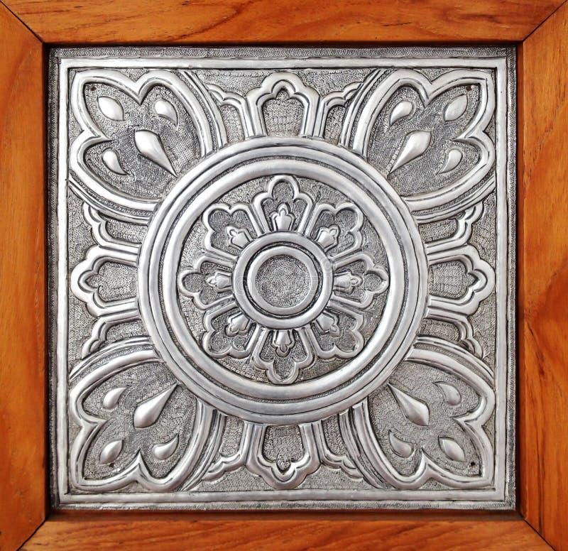 Van de de voorraadfotografie van het metaalpatroon de stijl van Lanna op houten achtergrond stock foto's
