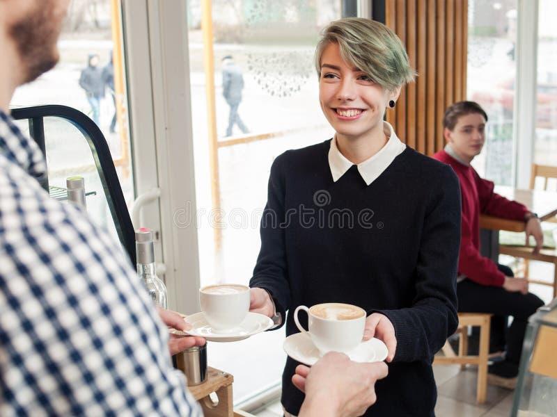 Van de de vrije tijdslevensstijl van de Hipsterjeugd de winkel van de het meisjeskoffie royalty-vrije stock afbeelding
