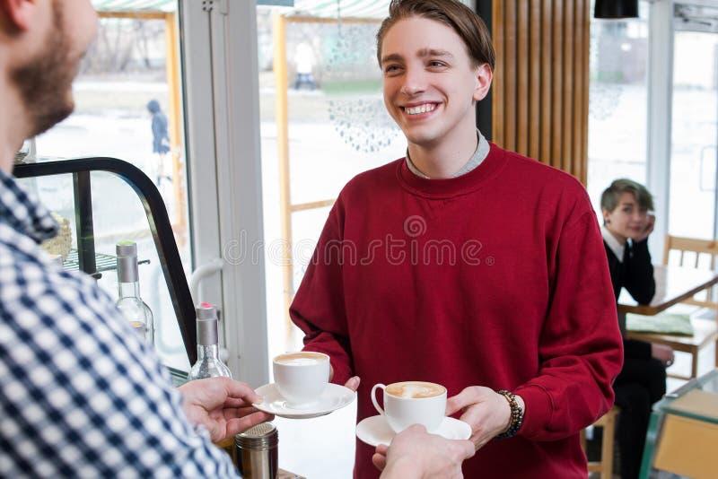 Van de de vrije tijdslevensstijl van de Hipsterjeugd de winkel van de de mensenkoffie stock afbeelding