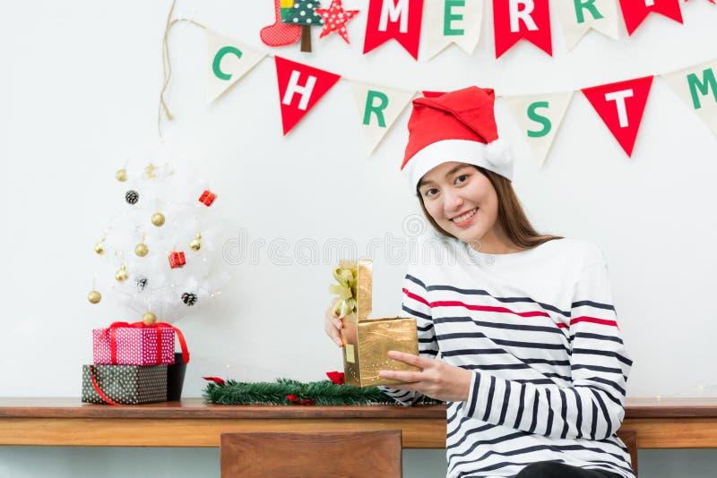 Van de de vrouwenglimlach van Azië doos van de Kerstmisgift de open gouden bij vakantiepartij met D stock afbeeldingen