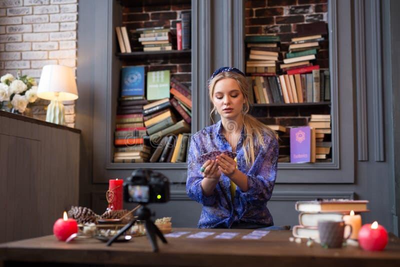 Van de de vrouwenholding van Nice mooie jonge het tarotkaarten royalty-vrije stock foto