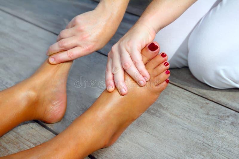Van de vrouwenvoeten van Reflexology de massagetherapie stock foto's
