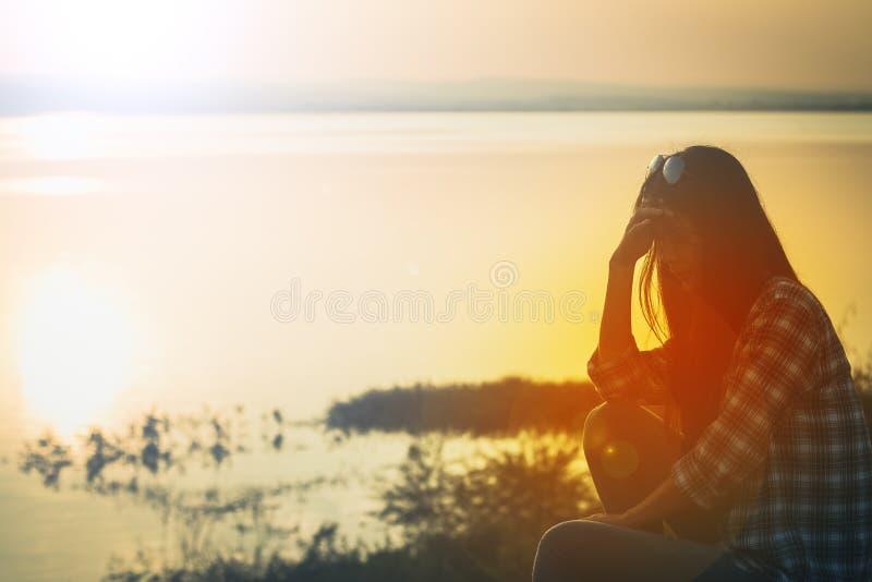 Van de de vrouwenzitting van Azië de eenzaamheid en de droefheid stock afbeelding