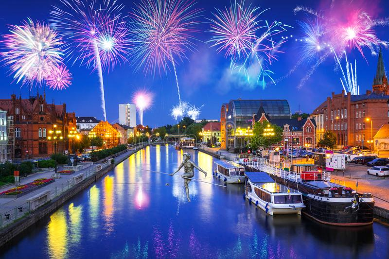 Van de vuurwerknieuwjaren vertoning in Bydgoszcz-stad over Brda-rivier royalty-vrije stock foto