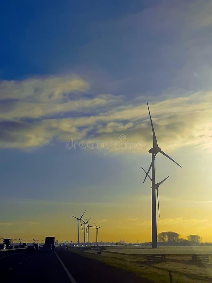 Van de de weghemel van Nederland van zonwindmolens de blauwe witte elektrische generator stock foto