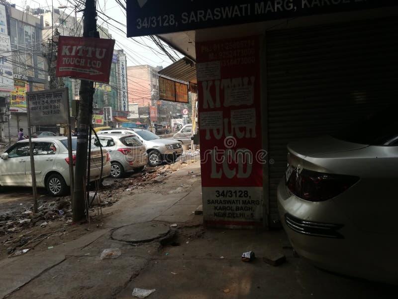 Van de de winkelmanier en markt van Delhi karolbagh mooie auto's stock foto