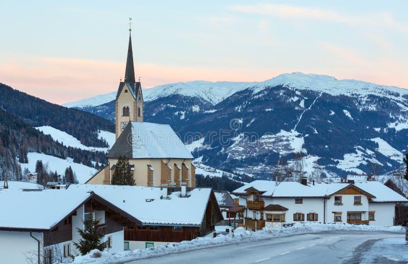 Van de winterKartitsch van de berg het dorp en de zonsopgang (Oostenrijk). stock afbeeldingen