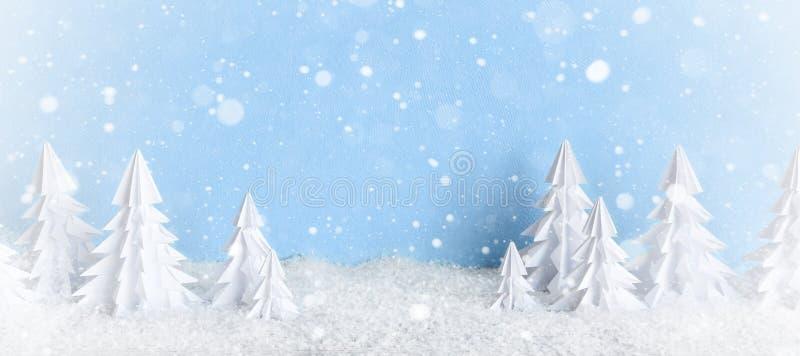 Van de winterkerstmis minimalistische ijzige baner als achtergrond met Witboekbomen op blauw royalty-vrije stock fotografie