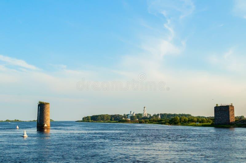 Van de Yurievklooster en steen steunen van onvolledige brug over de Volkhov-rivier in Veliky Novgorod, Rusland stock fotografie