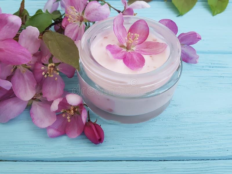 Van de de zalfontspanning van de room kosmetische lotion van de de vochtinbrengende crèmebescherming van de het glasessentie de m royalty-vrije stock foto