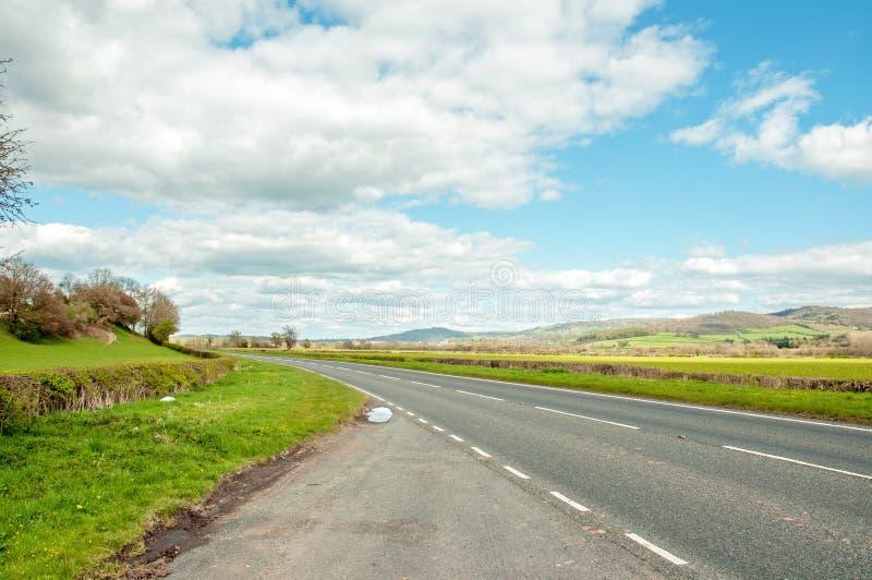 Van de zomer landbouwlandschap en kant van de weg landschap in het Engelse platteland royalty-vrije stock afbeelding