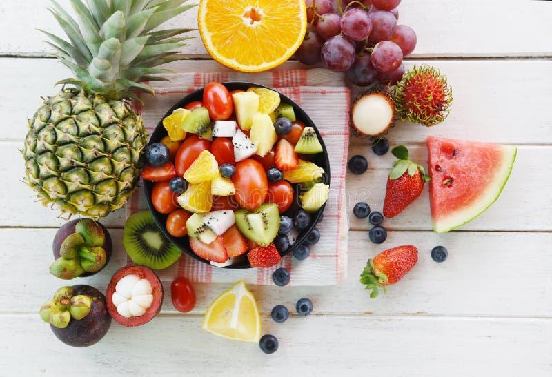 Van de zomervruchten en groenten van de fruitsaladekom verse gezonde van de de bosbessendraak van de aardbeien oranje kiwi het fr royalty-vrije stock fotografie
