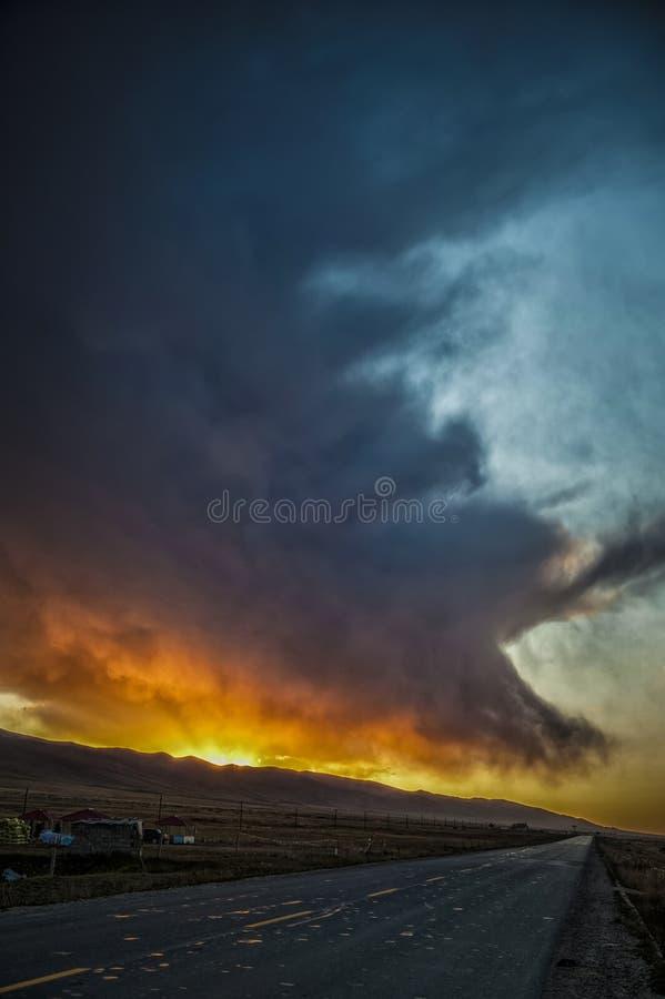 Van de de Zonsonderganggloed van de wolkenzonsondergang het landschapsolieverfschilderij stock foto's