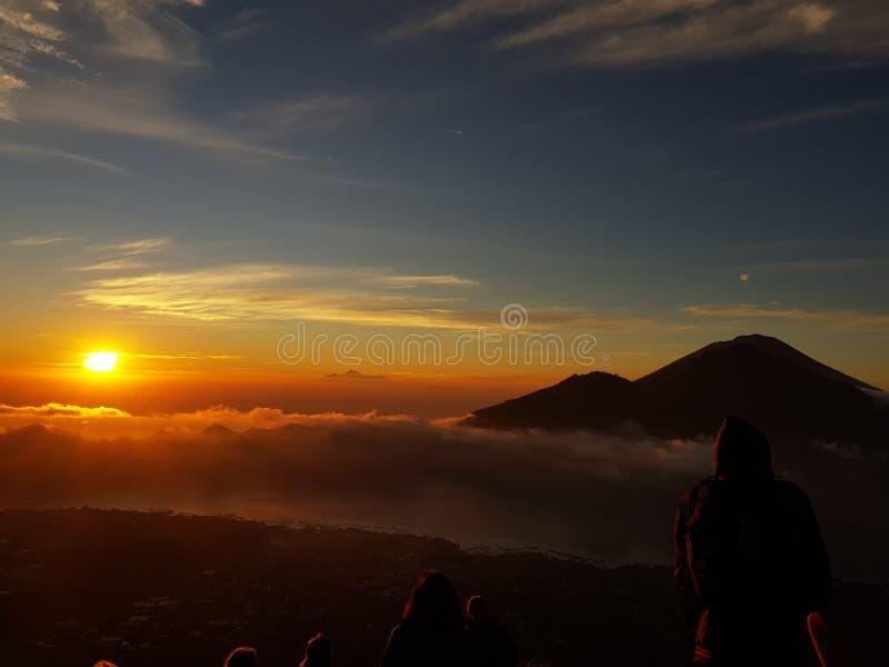 Van de de zonsondergangtijd van het vulkaanleven van de de berg hicking vreugde happinestempo royalty-vrije stock afbeeldingen