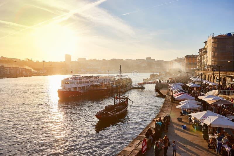 09 van December, 2018 - Porto, Portugal: Oude stadsribeira luchtpromenademening met kleurrijke huizen, Douro-rivier en boten stock afbeelding