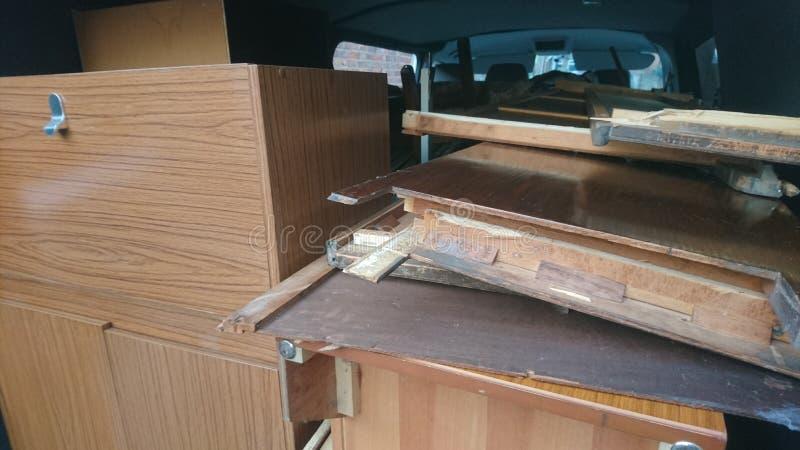 Van a emballé complètement du bois et des meubles images libres de droits