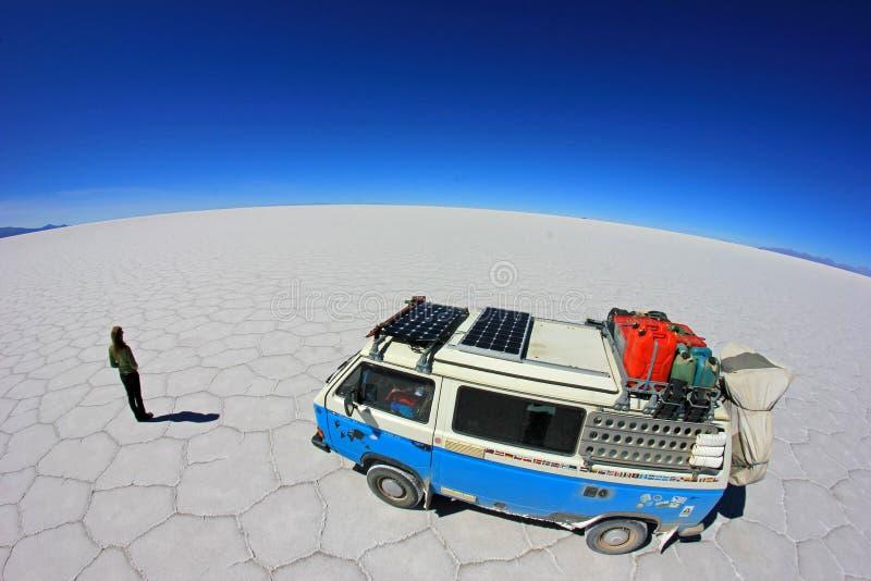 Van en Salar de Uyuni, lago de sal, Bolivia fotografía de archivo