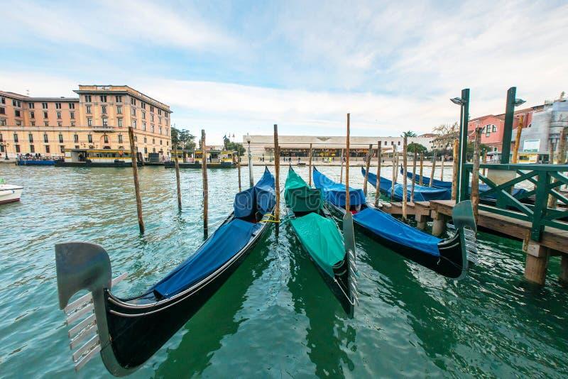 Van gondelboot en Venetië het stationferrovia van Kerstmanlucia, het royalty-vrije stock foto