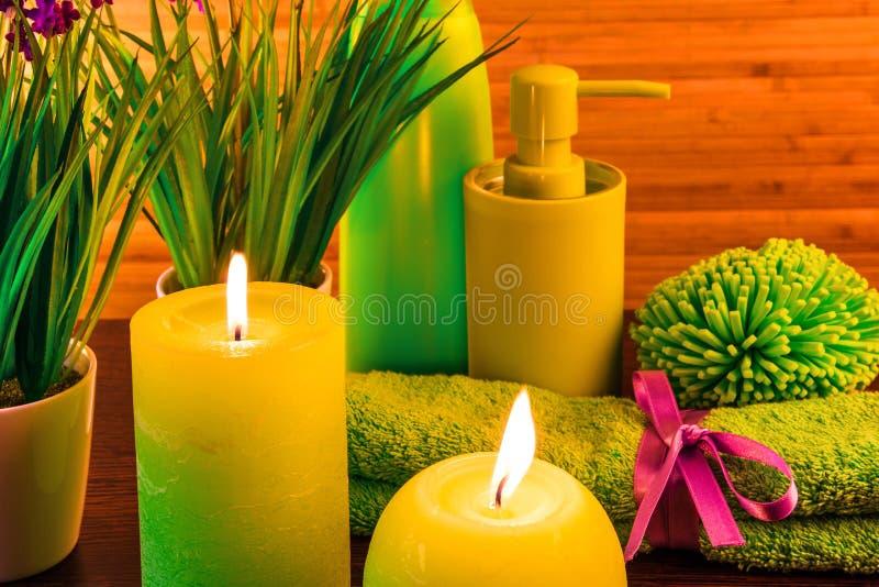 Van Green spa het concept badproducten met kaarsen stock afbeeldingen